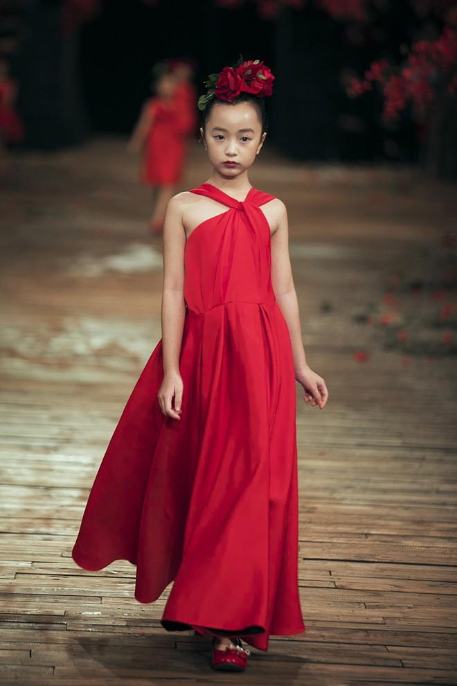 Đến tận ngày cuối cùng của năm 2017, Hoa hậu Kỳ Duyên vẫn phá đảo show diễn của NTK Đỗ Mạnh Cường - Ảnh 29.
