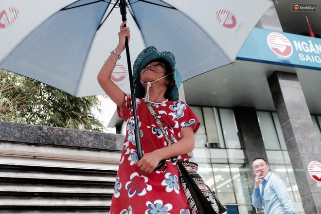 Anh nhân viên ngân hàng dành giờ nghỉ trưa mỗi ngày để dạy chữ cho cô bé vé số ngay trên vỉa hè Sài Gòn 4