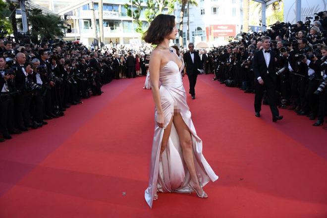 Lại diện váy xẻ ngút ngàn đến Cannes, và lần này Bella Hadid không tránh được tai nạn - Ảnh 4.