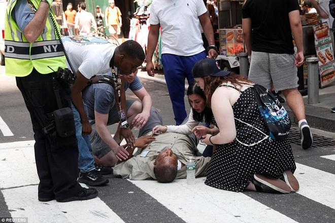 Nạn nhân nằm la liệt sau vụ xe điên lao vào đám đông ở Quảng trường Thời Đại - Ảnh 4.