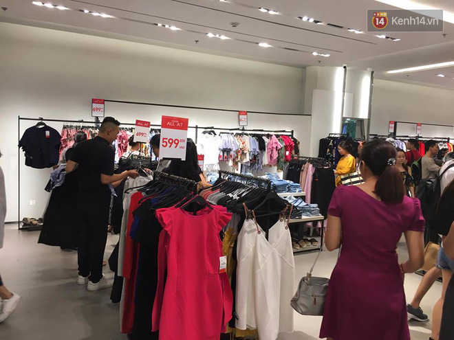Store Zara ở Sài Gòn chật cứng người mua sắm trong ngày sale đầu tiên - Ảnh 5.