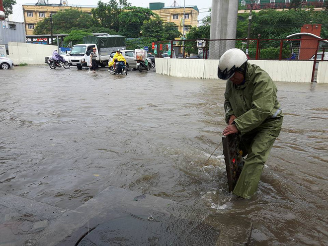 Hà Nội: Nơi mưa ngập trắng băng, dân thi nhau bắt cá, nơi chỉ đủ ướt đường - Ảnh 15.