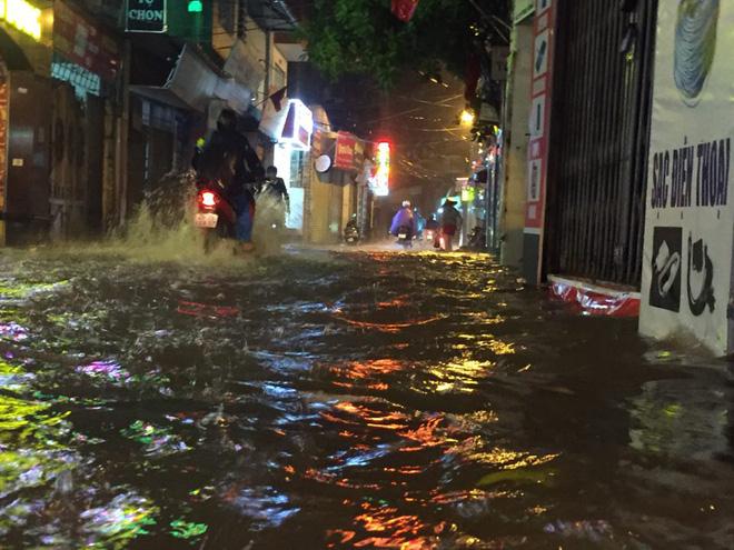 Mưa cực lớn, đường phố Hà Nội ngập úng nghiêm trọng lúc nửa đêm - Ảnh 16.