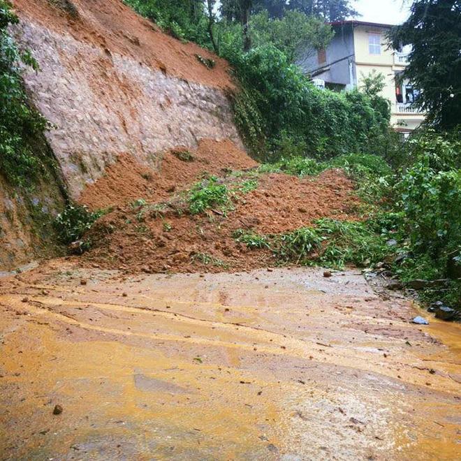 Clip: Mưa lớn do ảnh hưởng bão số 2, lũ cuồn cuộn như thác đổ tại phố Cầu Mây Sa Pa - Ảnh 6.