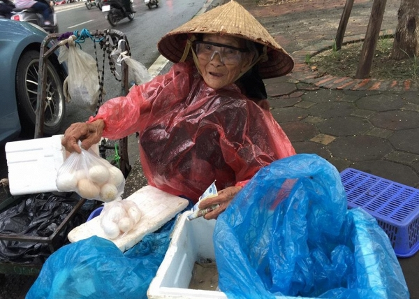 5 gói mì, 10 quả trứng và câu chuyện đầy tử tế giữa bà cụ bán rong với anh chàng đi ô tô ở Hà Nội - ảnh 4