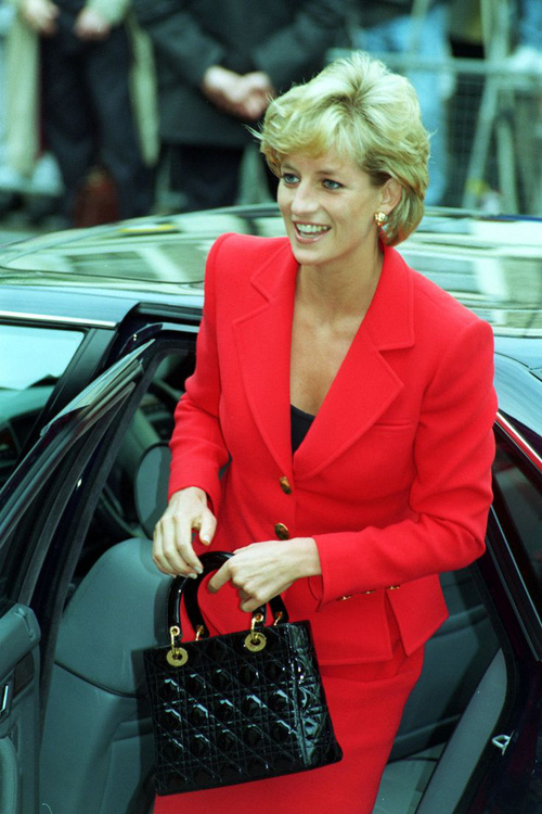 Công nương Diana: fashion icon hoàng gia duy nhất sở hữu đến 2 mẫu túi đình đám được đặt theo tên mình - Ảnh 4.