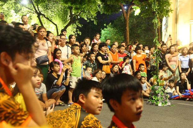 Chùm ảnh: Giới trẻ khắp mọi miền háo hức dạo phố đêm Quốc khánh 2/9 - ảnh 4