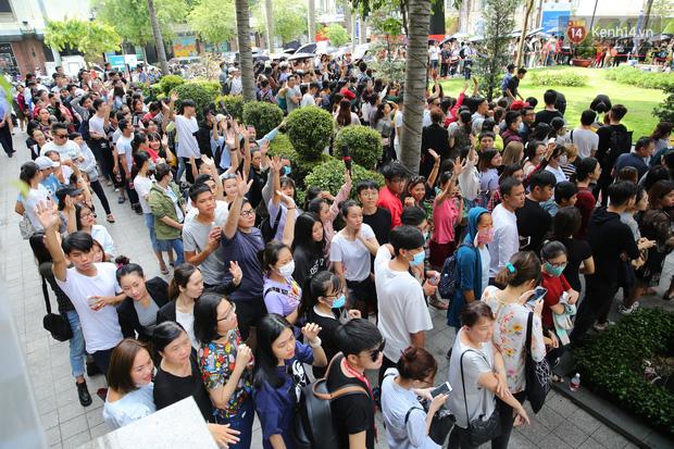 H&M Việt Nam đã chính thức mở cửa đón khách, dân tình xếp hàng chờ vào mua ra tới tận ngoài đường - Ảnh 4.