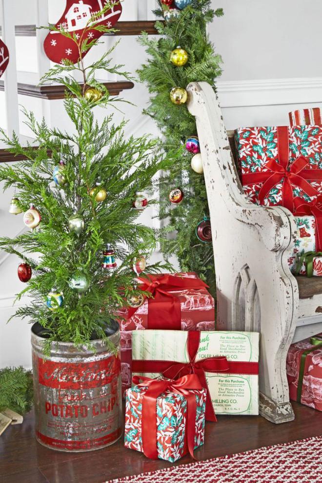 17 ý tưởng trang trí cây thông Noel mini đẹp, độc, lạ dành riêng cho nhà nhỏ  - Ảnh 4.