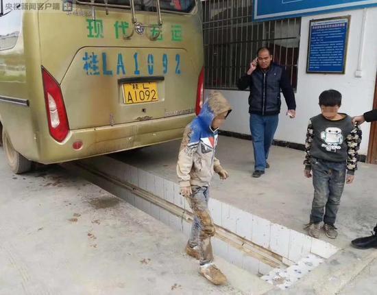 Xót xa 2 bé trai lấm lem bùn đất, trốn dưới gầm xe khách suốt quãng đường 90km vì muốn gặp bố mẹ - Ảnh 4.