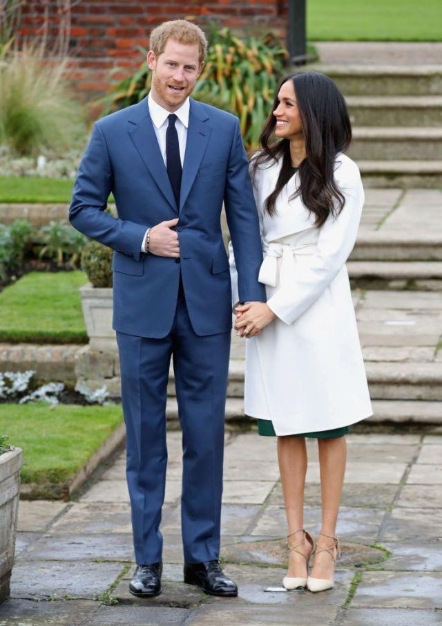 Hết mua áo khoác, giờ cả thế giới lại đổ xô đi mua túi xách giống vị hôn thê của hoàng tử Harry - Ảnh 4.