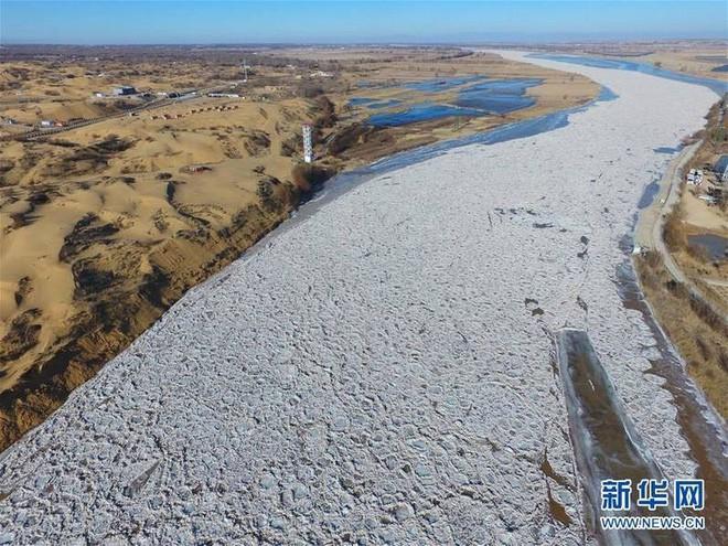 Mùa đông lạnh đóng băng cả quần ở Trung Quốc khiến nhiều người không thể tin nổi - ảnh 4
