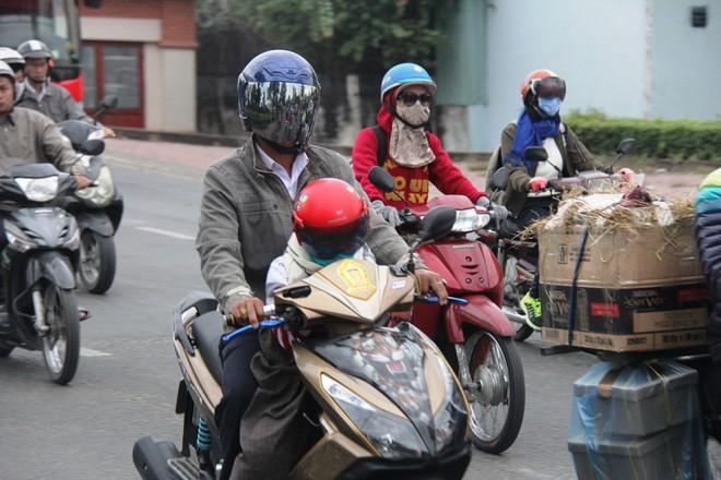 TP.HCM: Học sinh co ro, ngủ gục trên xe bố mẹ đi đến trường dưới thời tiết lạnh nhất năm 4