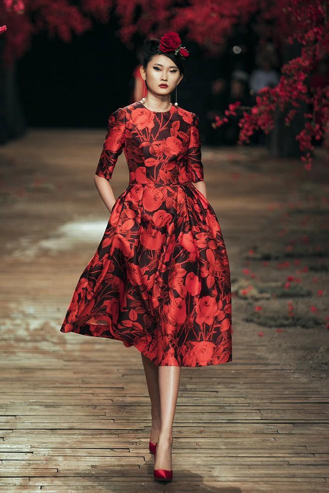 Đến tận ngày cuối cùng của năm 2017, Hoa hậu Kỳ Duyên vẫn phá đảo show diễn của NTK Đỗ Mạnh Cường - Ảnh 4.