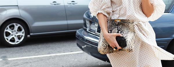 Đeo túi xách to nặng nhàm quá rồi, giờ muốn làm quý cô thời thượng thì phải cầm clutch đi làm mới chuẩn - Ảnh 24.
