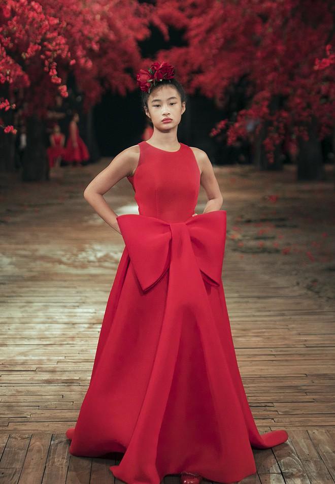 Đến tận ngày cuối cùng của năm 2017, Hoa hậu Kỳ Duyên vẫn phá đảo show diễn của NTK Đỗ Mạnh Cường - Ảnh 35.