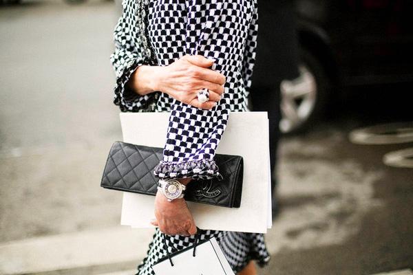 Đeo túi xách to nặng nhàm quá rồi, giờ muốn làm quý cô thời thượng thì phải cầm clutch đi làm mới chuẩn - Ảnh 4.