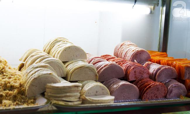 4 tiệm bánh mì hễ cứ mở bán là khách đứng vòng quanh đợi mua ở Sài Gòn - Ảnh 4.