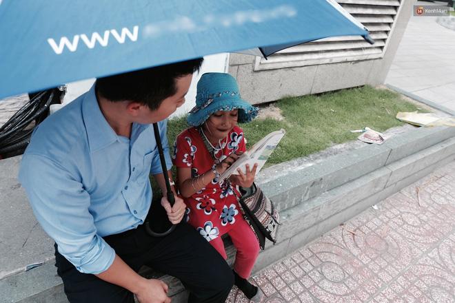 Anh nhân viên ngân hàng dành giờ nghỉ trưa mỗi ngày để dạy chữ cho cô bé vé số ngay trên vỉa hè Sài Gòn 5