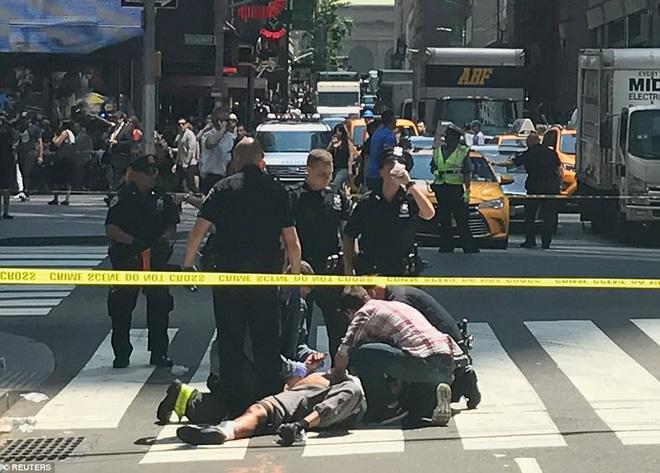Nạn nhân nằm la liệt sau vụ xe điên lao vào đám đông ở Quảng trường Thời Đại - Ảnh 5.