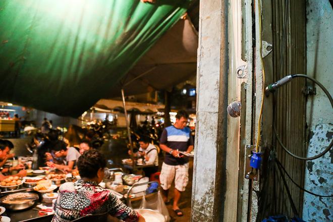 """Gần 100.000 đồng/đĩa nhưng cơm tấm bà Bảy """"lưỡi lam"""" 30 năm vẫn hút khách Sài Gòn mỗi đêm - Ảnh 5."""