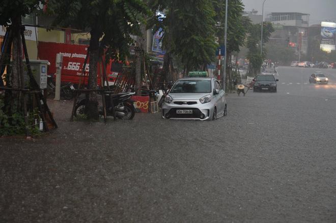 Mưa lớn trút xuống vào giờ tan tầm, ô tô xếp hàng dài trên đường phố Hà Nội - Ảnh 6.