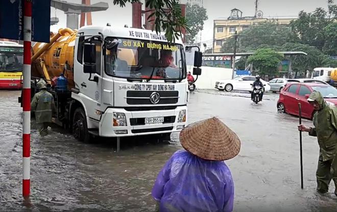 Hà Nội: Nơi mưa ngập trắng băng, dân thi nhau bắt cá, nơi chỉ đủ ướt đường - Ảnh 16.