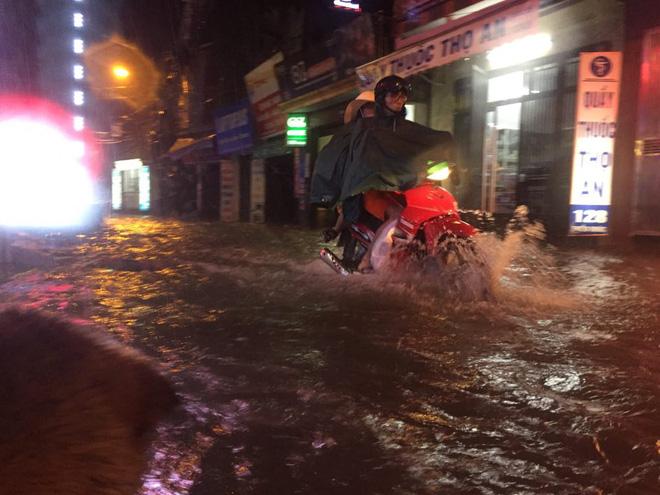 Mưa cực lớn, đường phố Hà Nội ngập úng nghiêm trọng lúc nửa đêm - Ảnh 17.