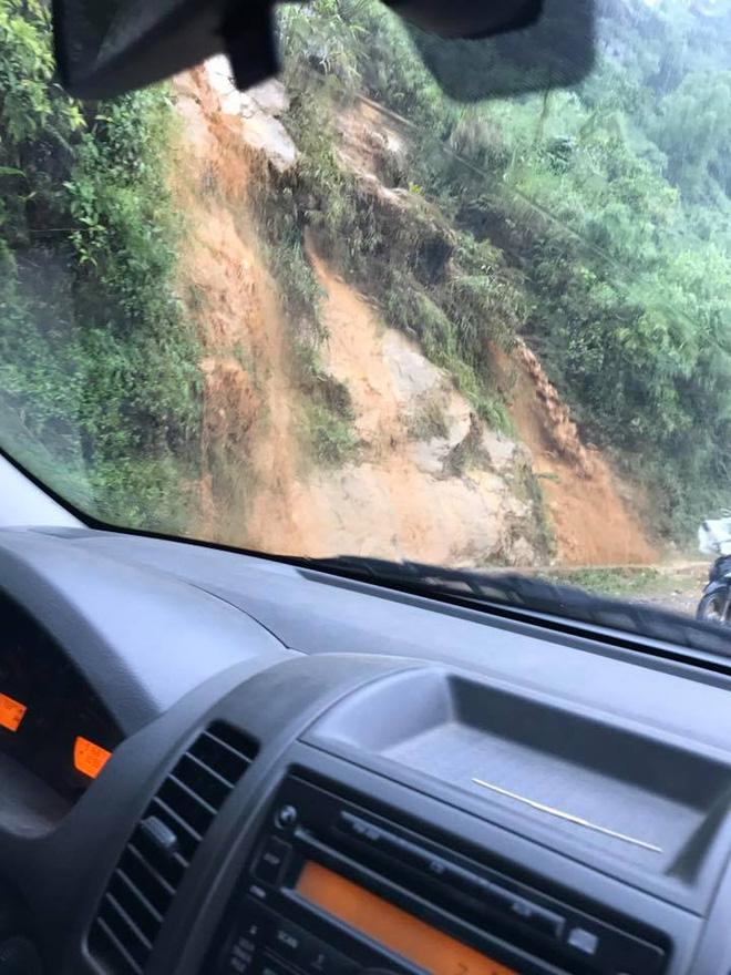 Clip: Mưa lớn do ảnh hưởng bão số 2, lũ cuồn cuộn như thác đổ tại phố Cầu Mây Sa Pa - Ảnh 7.