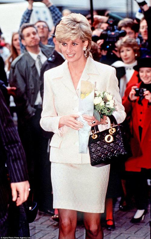 Công nương Diana: fashion icon hoàng gia duy nhất sở hữu đến 2 mẫu túi đình đám được đặt theo tên mình - Ảnh 5.
