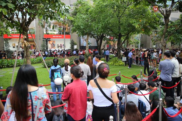 H&M Việt Nam đã chính thức mở cửa đón khách, dân tình xếp hàng chờ vào mua ra tới tận ngoài đường - Ảnh 5.