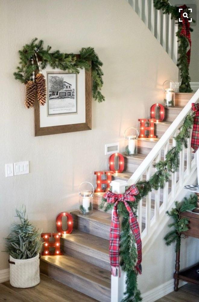 Ý tưởng trang trí cầu thang đơn giản mà lung linh để đón Giáng sinh đang tới gần - Ảnh 5.