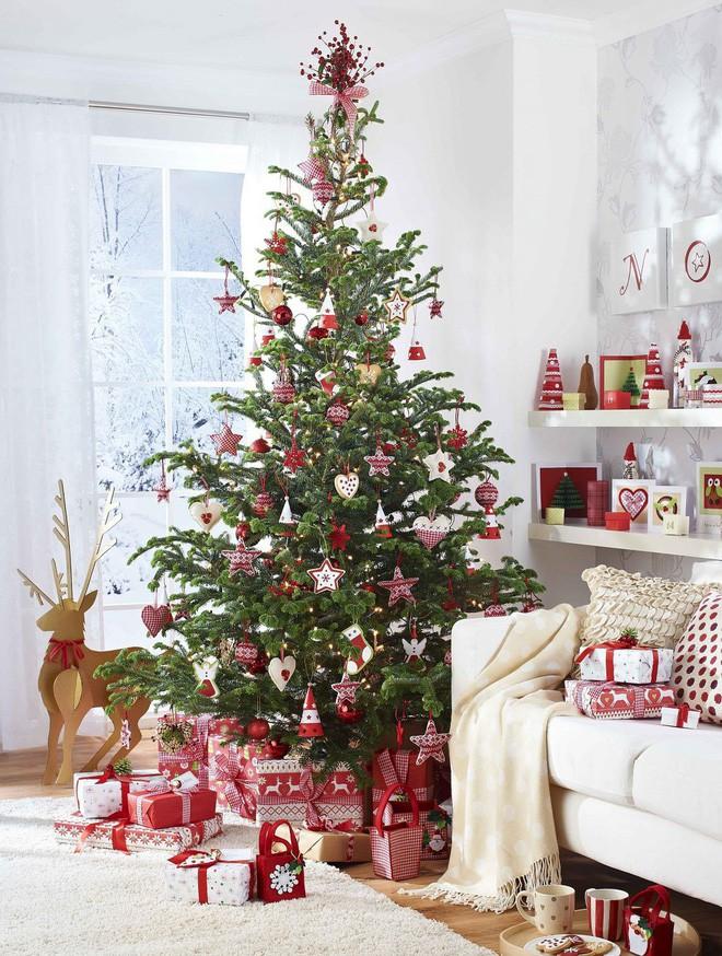 Những kiểu trang trí phòng khách đậm chất Giáng sinh nhìn đã thấy an lành - Ảnh 5.