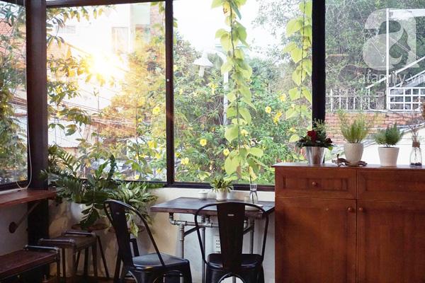 5 quán cà phê  ẩn mình trong hẻm vừa chất, vừa đẹp bất ngờ ở Sài Gòn - Ảnh 19.
