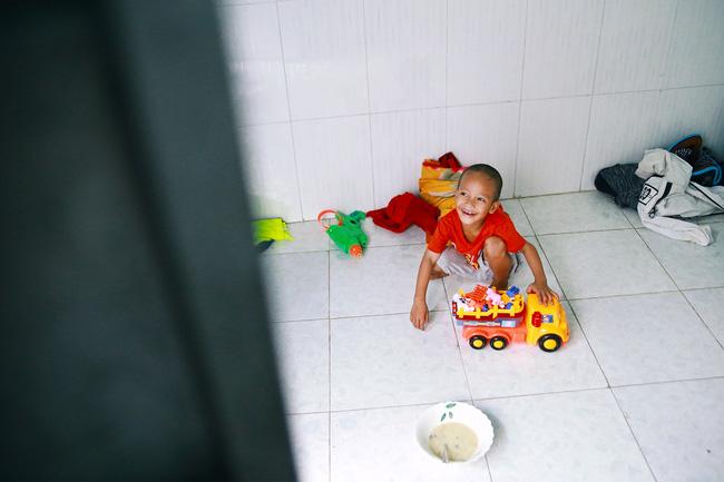 Ngày quốc tế hạnh phúc, nghe mẹ con cậu bé xếp dép kể về 15 ngày kì diệu mà họ vừa trải qua... - Ảnh 6.