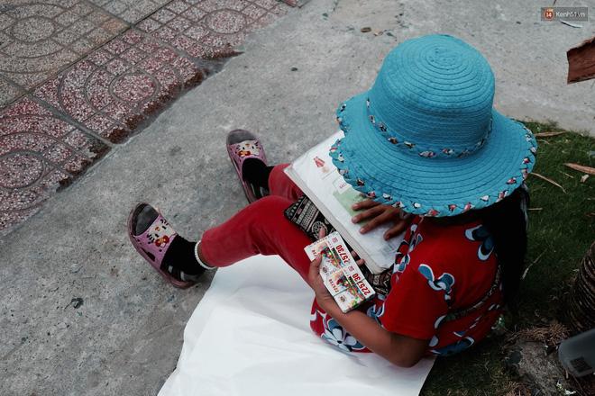 Anh nhân viên ngân hàng dành giờ nghỉ trưa mỗi ngày để dạy chữ cho cô bé vé số ngay trên vỉa hè Sài Gòn 6