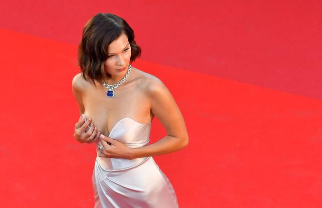 Lại diện váy xẻ ngút ngàn đến Cannes, và lần này Bella Hadid không tránh được tai nạn - Ảnh 6.