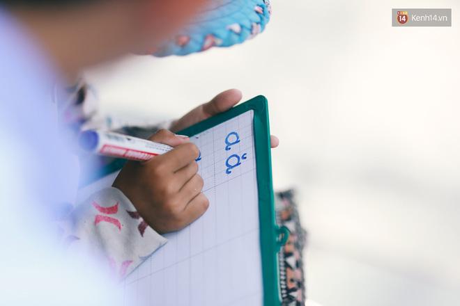 Nhiều người hỗ trợ chỗ học và tặng sách vở miễn phí cho cô trò nhỏ của anh nhân viên ngân hàng - Ảnh 7.