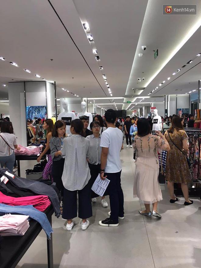 Store Zara ở Sài Gòn chật cứng người mua sắm trong ngày sale đầu tiên - Ảnh 7.