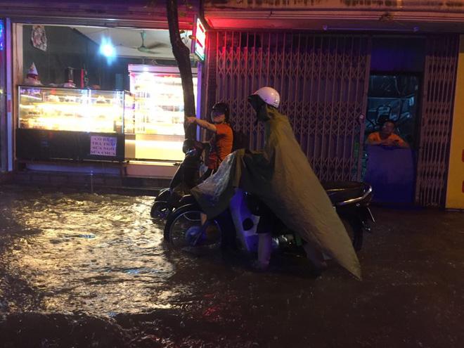 Mưa cực lớn, đường phố Hà Nội ngập úng nghiêm trọng lúc nửa đêm - Ảnh 18.