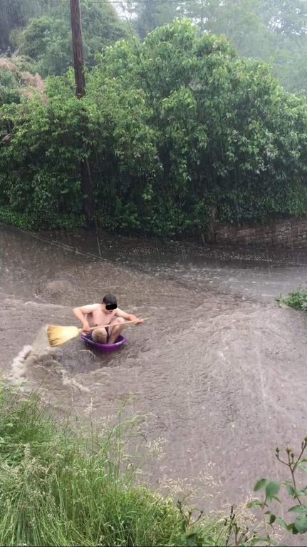 Loạt ảnh các dân chơi trời bão: Mưa gió cũng không làm nhụt chí ra ngoài đường - ảnh 6