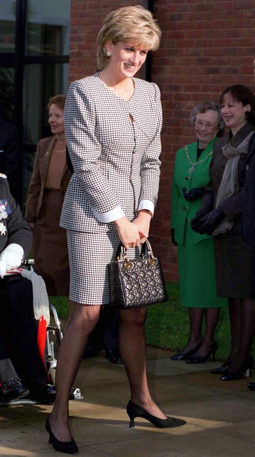 Công nương Diana: fashion icon hoàng gia duy nhất sở hữu đến 2 mẫu túi đình đám được đặt theo tên mình - Ảnh 6.