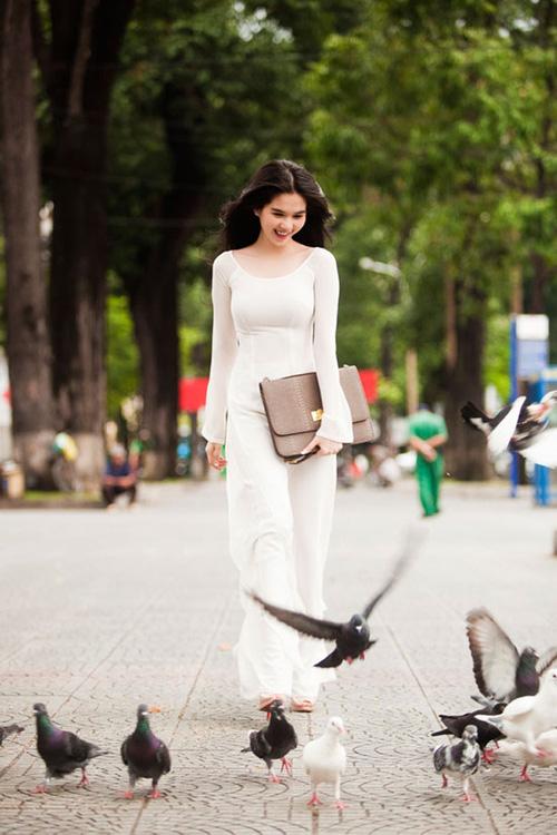 Cũng là áo dài trắng, nào ngờ Ngọc Trinh tóc ngắn lại xinh đẹp bội phần xưa kia - Ảnh 6.