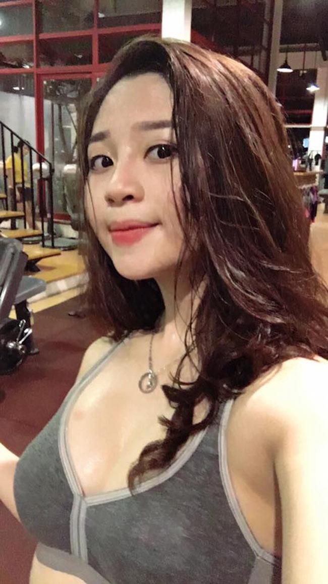 Và điều đặc biệt khiến Bông Trần nhận được nhiều sự chú ý chính là gương mặt xinh đẹp như hot girl và thân hình sexy.