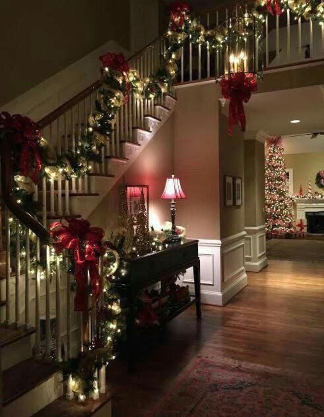 Ý tưởng trang trí cầu thang đơn giản mà lung linh để đón Giáng sinh đang tới gần - Ảnh 6.