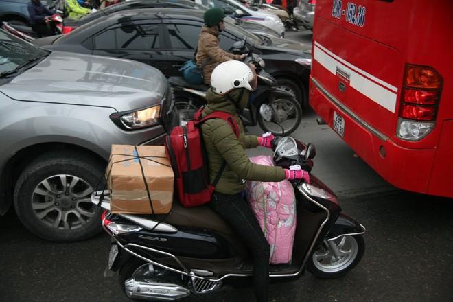 Người dân ùn ùn đi nghỉ Tết dương lịch, các tuyến đường, bến xe đông nghẹt - Ảnh 20.
