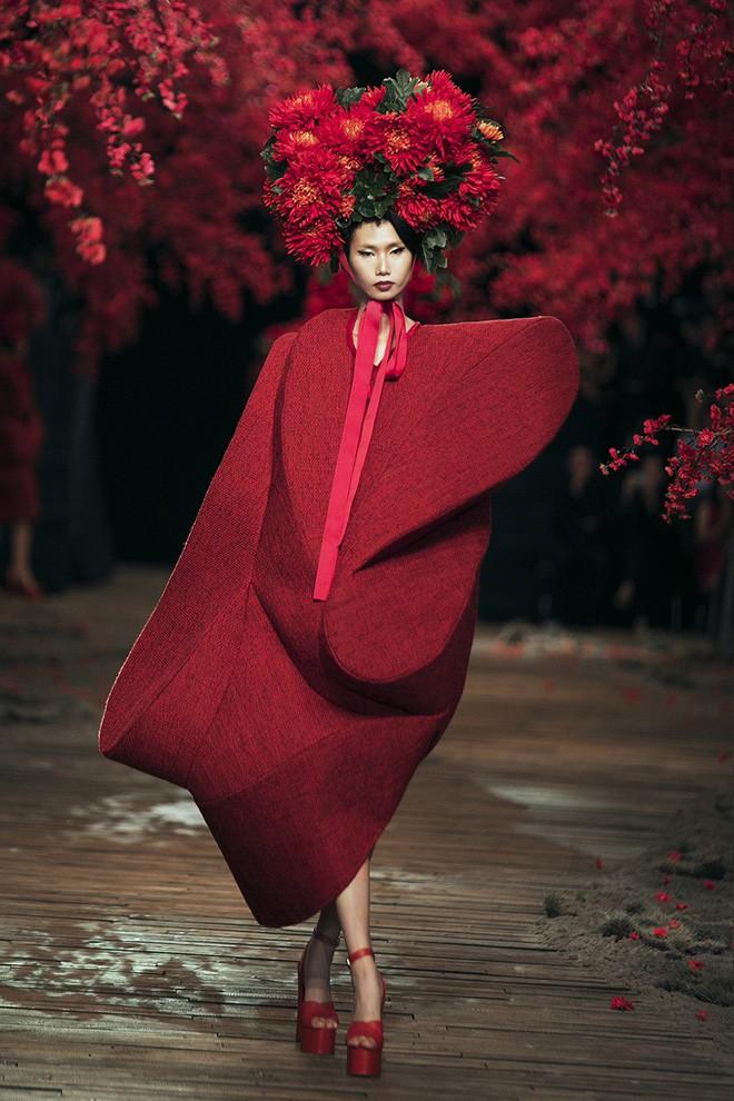Đến tận ngày cuối cùng của năm 2017, Hoa hậu Kỳ Duyên vẫn phá đảo show diễn của NTK Đỗ Mạnh Cường - Ảnh 55.