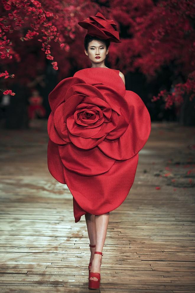 Đến tận ngày cuối cùng của năm 2017, Hoa hậu Kỳ Duyên vẫn phá đảo show diễn của NTK Đỗ Mạnh Cường - Ảnh 59.
