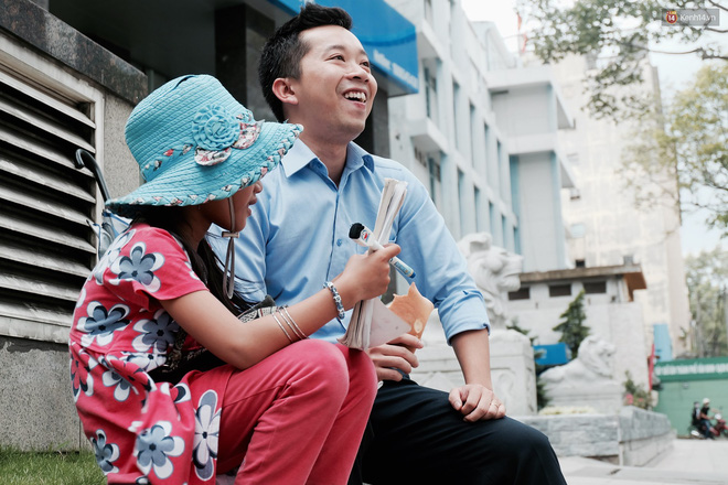 Anh nhân viên ngân hàng dành giờ nghỉ trưa mỗi ngày để dạy chữ cho cô bé vé số ngay trên vỉa hè Sài Gòn 7