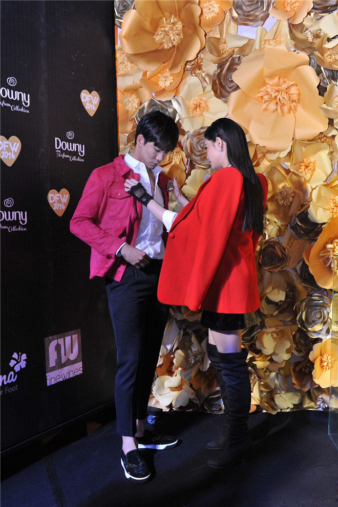 Không chỉ mặc ton-sur-ton, Tim và Trương Quỳnh Anh còn thích chăm chút quần áo trên thảm đỏ cho nhau - Ảnh 7.